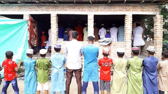 সৌদির সাথে মিল রেখে লালমনিরহাটের ৫ শতাধিক পরিবার ঈদুল ফিতরের নামাজ আদায়
