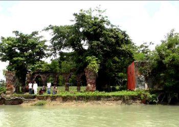 নদীগর্ভে অস্তিত্ব বিলিনের পথে দয়াময়ী দেবীর মন্দির